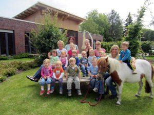 Große Freude mit Lisa Roberg und dem Pony Lucky bei den kleinen Pferdefreunden im Caritas Kindergarten Ennigerloh