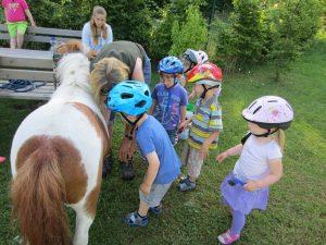 Pony im Kindergarten zwei a